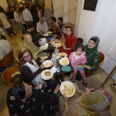 Lange Nacht der Konsulate 2015: Pakistani women enjoying the Pakistani food at the Ift ar dinner