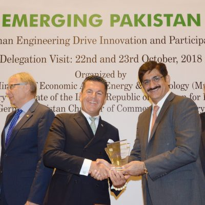 Bavarian Business Delegation to Pakistan, October 2018: Syed Murad Ali Shah, Chief Minister of Sindh, hands over the shield of German Pakistan Chamber of Commerce & Industry to Honorary Consul Dr. Poetis