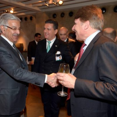 Economy Talks, February 2015: Minister of Defence Khawaja Asif with Christian Uhlik, Schoeller AG (Photo: Schunk)