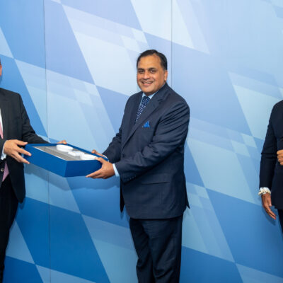 Minister of State Dr. Florian Herrmann, Head of State Chancellery, handing a gift to H.E. Ambassador Dr. Mohammad Faisal with Honorary Consul Dr. Pantelis Christian Poetis at the State Chancellery in Munich ©StkBay_Isemann