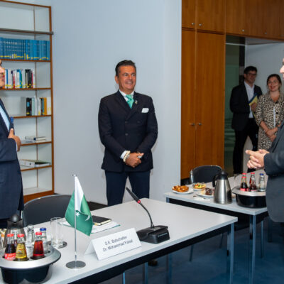 Minister of State Dr. Florian Herrmann, Head of State Chancellery, welcoming H.E. Ambassador Dr. Mohammad Faisal and Honorary Consul Dr. Pantelis Christian Poetis at the State Chancellery in Munich ©StkBay_Isemann
