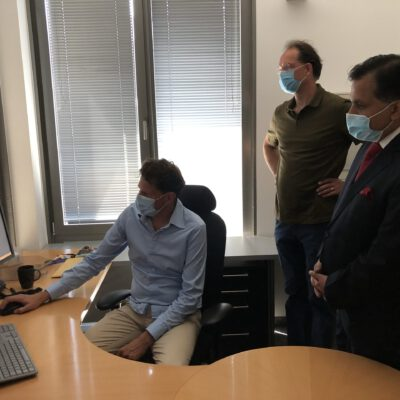 Dr. Philipp Remplik, Medical Managing Director, Die Radiologie and Dr. Hannes Stiess, Radiology Specialist, Die Radiologie showing to H.E. Ambassador Dr. Mohammad Faisal the smart cloud solution developed by Die Radiologie and exportable to Pakistan.  ©HonorarkonsulatPakistanMUC
