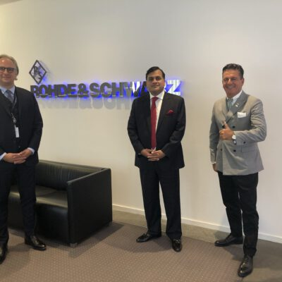 Dirk Dörrschuck, Vice President Middle East & Africa Region, Rohde & Schwarz International GmbH, welcoming H.E. Ambassador Dr. Mohammad Faisal and Honorary Consul Dr. Pantelis Christian Poetis at the Rohde & Schwarz offices in Munich ©HonorarkonsulatPakistanMUC