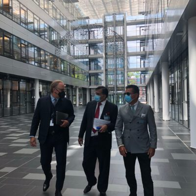 Dirk Dörrschuck, Vice President Middle East & Africa Region, Rohde & Schwarz International GmbH, showing H.E. Ambassador Dr. Mohammad Faisal and Honorary Consul Dr. Pantelis Christian Poetis the Rohde & Schwarz buildings and laboratories in Munich ©HonorarkonsulatPakistanMUC