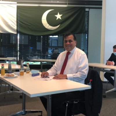 H.E. Ambassador Dr. Mohammad Faisal in the meeting room of Rohde & Schwarz decorated with a Pakistani flag to his honours ©HonorarkonsulatPakistanMUC