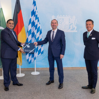 H.E. Ambassador Dr. Mohammad Faisal receiving a gift from Deputy Prime Minister and Minister of State Hubert Aiwanger, with Honorary Consul Dr. Pantelis Christian Poetis at the Bavarian Ministry of Economic Affairs, Regional Development and Energy © StMWi/E. Neureuther